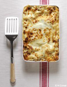 Recette La classique : lasagnes bolognaise : Préparez la bolognaise : pelez ail, oignon et carotte et hachez-les avec le jambon et le céleri. Faites chauffer ...