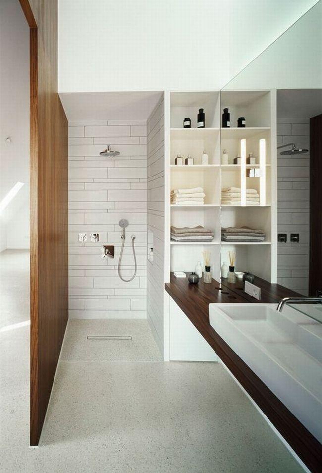 Mała łazienka, lustro w małej łazience, gdzie umieścić lustro w małej łazience, prysznic w małej łazience, drewno w łazience - design inspiracje.