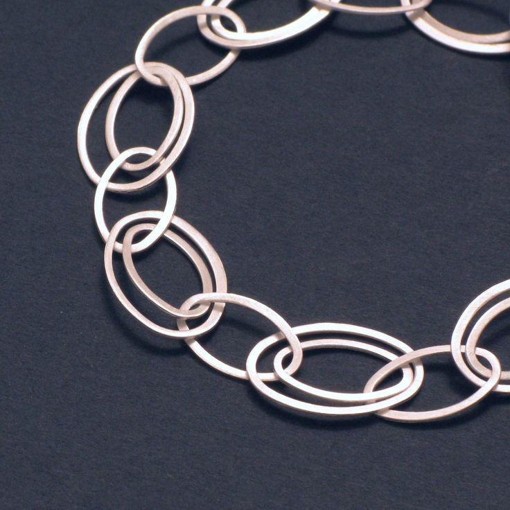 The links of the chain are always in motion, which creates a beautiful, harmonious and eye-catching shimmer. The delicate and attractive silver necklace consists of differently-sized, interlocking oval rings.