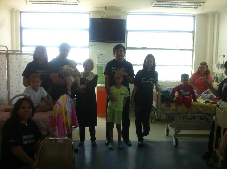 Voluntarios Telefónica en entrega de libros y cuenta cuentos para niños oncológicos que se atienden en el Hospital San Juan de Dios. Octubre 2012
