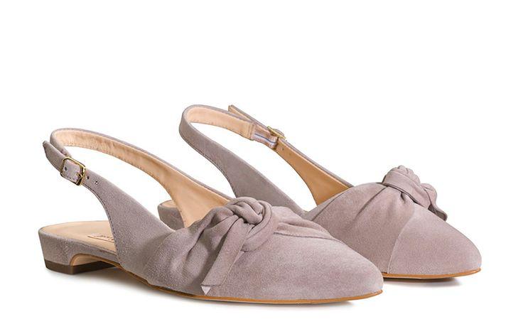 In die Schuhmode zieht wieder Romantik ein! Ein Ausdruck für romantische Gefühle sind raffinierte Schleifen-Details, die aktuell aus der Schuh Mode nicht wegzudenken sind. Sie verleihen Schuhen das unvergleichliche Etwas und peppen jedes Outfit feminin auf. Schleifen sind diese Saison unverzichtbare Highlights !
