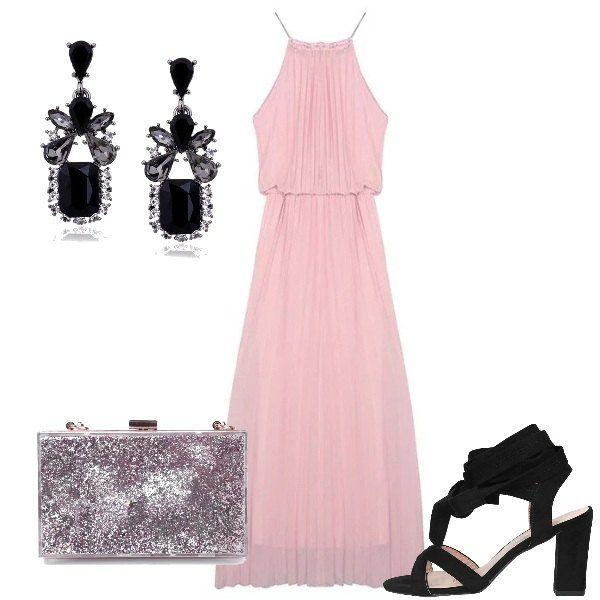 Vestito lungo rosa a pieghe, senza maniche, con scollo tondo, sandali neri con tacco quadrato, allacciati alla schiava, clutch con brillantini rosa chiaro e orecchini pendenti neri.