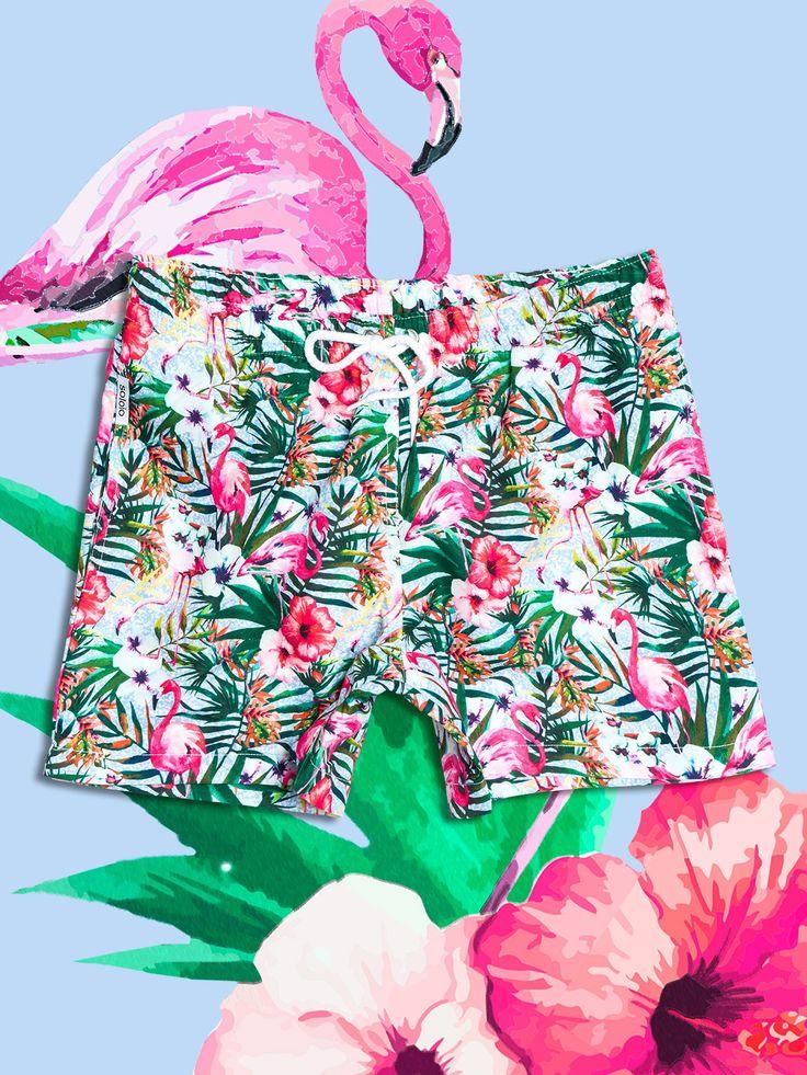 SOLOiO Bañador estampado con diseño tropical, de fondo blanco, con flores en color coral y hojas verdes. Dos bolsillos laterales y cinturilla elástica. www.soloio.com  #shoponline #SOLOiO #SOLOiOmare #menswimsuit #swimshort #bañador #print #tropical #menstyle #menfashion #summerlook #dapper #dapperman #costumedabagno #swimsuit #flamingo