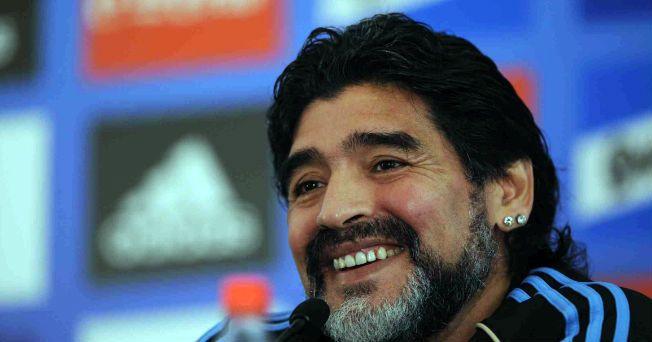 El ex futbolista y entrenador argentino, Diego Armando Maradona, tuvo que ser internado y operado de urgencia el fin de semana debido a que sufría cólicos, provocados por piedras en el riñón.