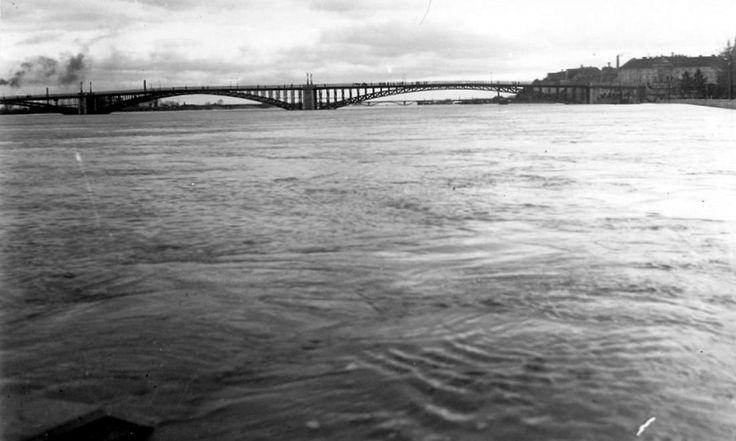 a régi közúti híd árvíz idején.