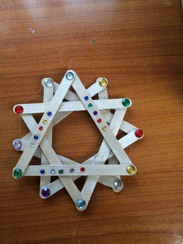 Kerst ster van lollystokjes maak 4 x een driehoek van lollystokjes, plak deze op elkaar, schilder ze en versier met leuke steentjes.