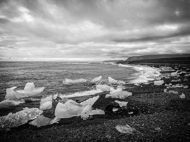 Ledovcové kry a moře #blackandwhite #iceland #jokulsarlon #sea
