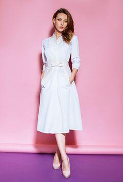 Описание  Ткань  Подобрать размер   Элегантный халат в стиле ретро. Имеются 2 глубоких кармана, съемный пояс-бант, застегивающийся на крючки. Халат застегивается на пуговицы.