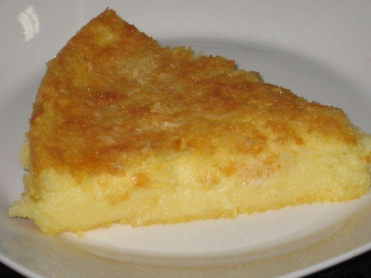 1 colher (sopa) de margarina  - 4 ovos  - 2 xícaras (chá) de leite  - 2 xícaras (chá) de açúcar  - 1 vidro de leite de coco  - 2 colheres (sopa) cheias de farinha de trigo  - 2 colheres (sopa) cheias de fubá  - 50g de queijo ralado  - 1 colher (sopa) de fermento em pó  - Coco ralado para salpicar  -