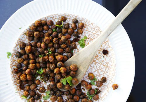 vegetarian snack: Spice Roasted Chickpeas. Can't wait to try this!