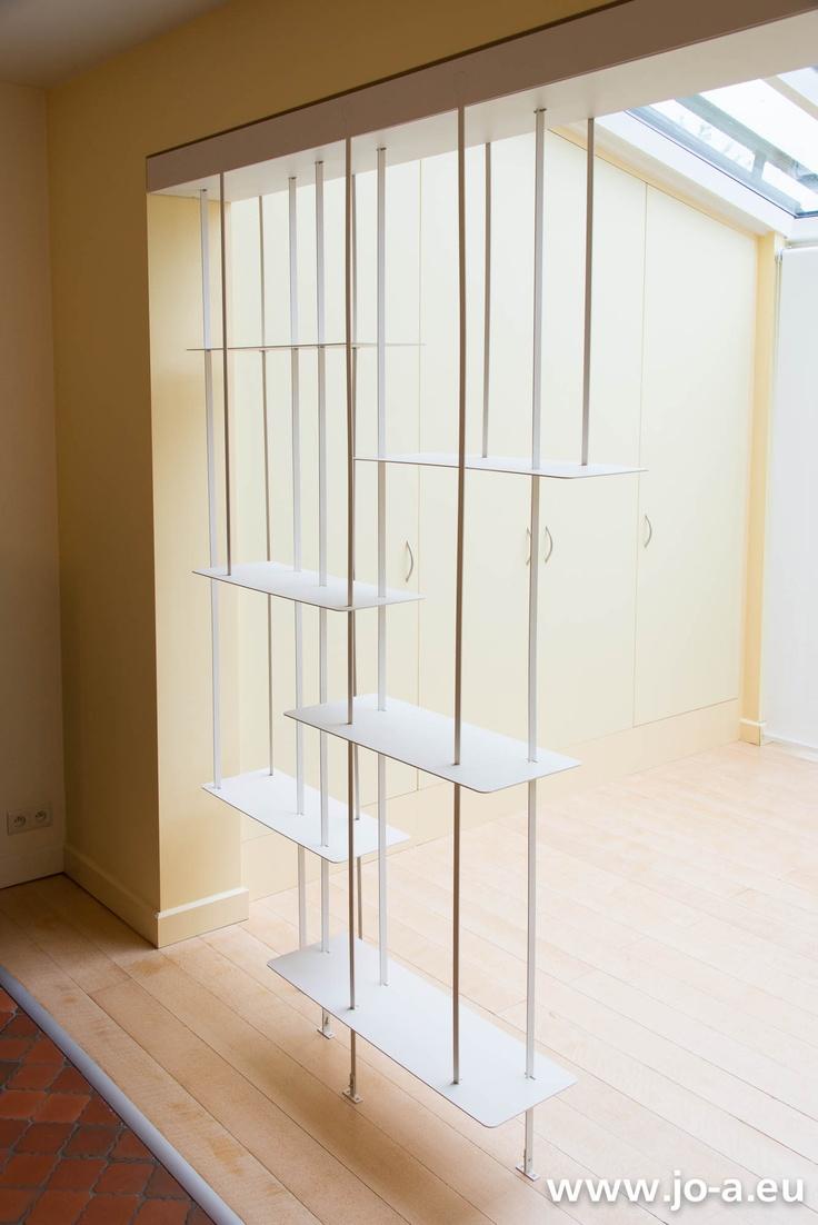 La suspension Jo-a installée crée un délicat claustra entre deux pièces en enfilade.