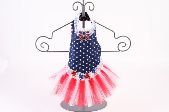 Costumbre, hecha a mano vestido de perro / arnés de vestido. La blusa de este vestido de cintura de la gota es una tela de algodón. El fondo está armada con estrellas blancas. La falda es capas y capas de tul blanco y rojo. El collar se compone de un recorte con volantes de gasa blanco