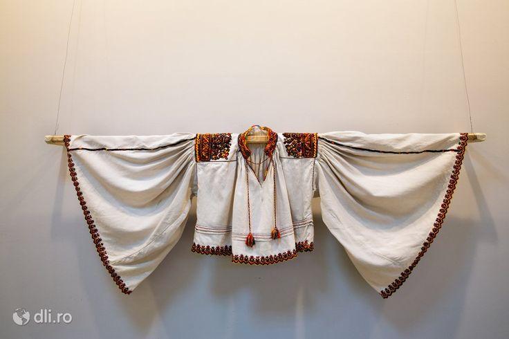 Man skirt Oas, Romania - Camasa barbateasca, Muzeul Tarii Oasului din Negresti Oas, judetul Satu Mare