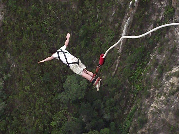 Atraksi olahraga Bungy Jumping (Bungee Jumping) di Bali Indonesia