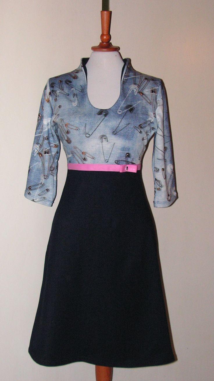 Kjole i denim-jersey og strik. Se flere kjoler på min Facebook side: https://www.facebook.com/Doris-Vestergaard-Design-110763765613494/?ref=bookmarks