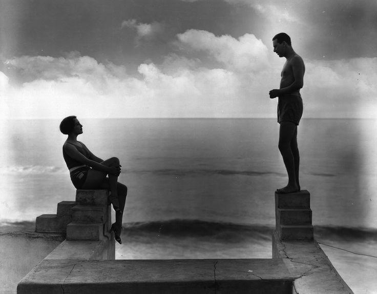 Gli attori americani Bebe Daniels e Ben Lyon – che scoprì Marilyn Monroe nel 1946 – nella loro casa in California alla fine degli anni Venti. I due si sposarono nel 1930 e si trasferirono a Londra dove lavorarono come conduttori radiofonici per la BBC (Hulton Archive/Getty Images)