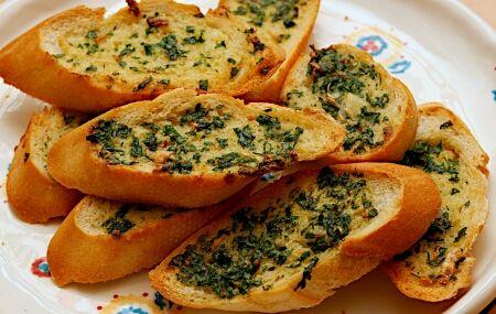 «Чесночные гренки с белого хлеба с сырной массой »