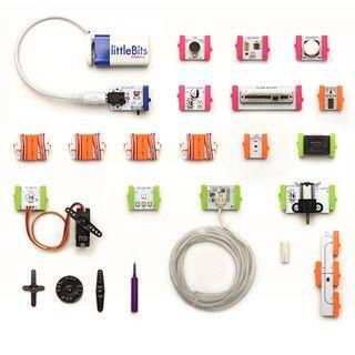 littleBitsは、誰でも簡単に電子工作を楽しめる電子モジュールのオープンソース・ライブラリー。40種類近くもあるモジュール同士を自由に組み合わせ、スナップしていく(マグネットでつなげる)だけで、ライトを光らせたり、ブザーの音を鳴らしたりなど、工夫次第でさまざまな電子回路を作ることができる。また、各モジュールは機能ごとにそれぞれ色分けされており、子どもから大人まで、楽しみながら電子回路の仕組みを学ぶことができる。