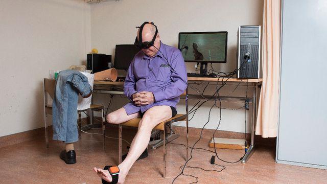 Le CHUV teste des lunettes virtuelles permettant de simuler un membre manquant pour lutter contre les douleurs fantômes.
