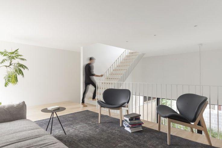 Семейный дом в Монреале, Канада от la SHED architecture. Стиль: минимализм.