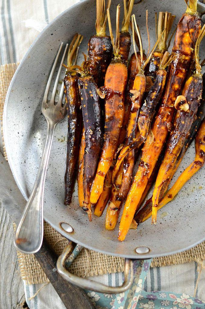 Carottes rôties et confites au four          1 botte de carottes nouvelles sans les fanes     1 gousse d'ail     2 brins de thym     Huile d'olive     Vinaigre balsamic     Sel et poivre