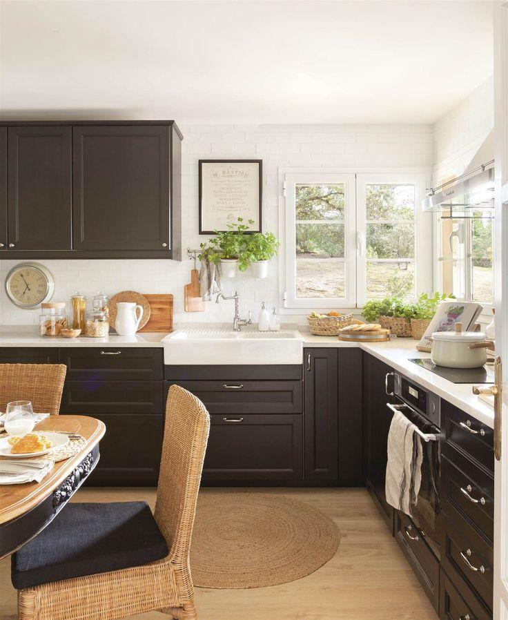 cocina con office con muebles de color negro sillas de fibras alfombra redonda y