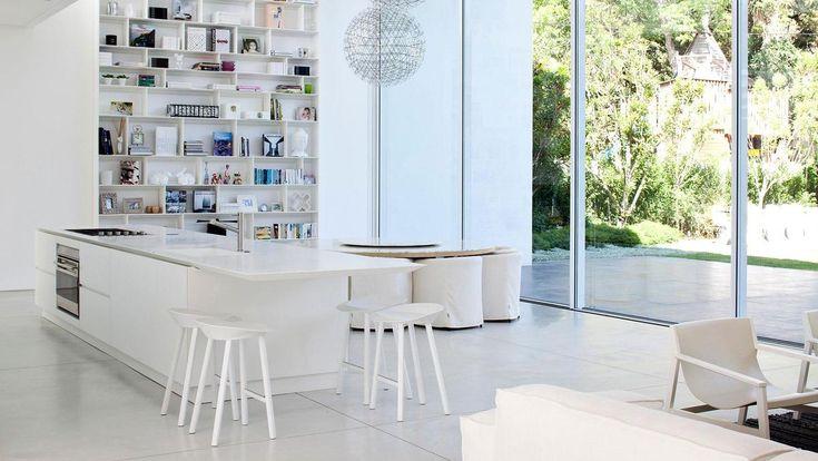 Данный белый кухонный остров в стиле минимализм является всей кухней  . Кухонный остров все чаще можно встретить на наших кухнях. Иногда этого требует выбранный стиль или интерьер, но чаще всего это просто удобно. (Фотографии к статье)