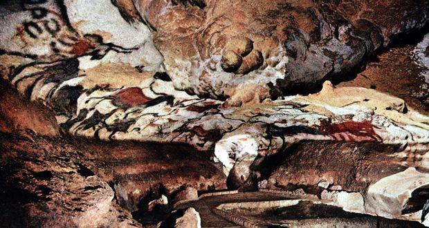 11 cavernas pelo mundo que você tem que visitar antes de morrer - CAVERNAS DE LASCAUX - FRANÇA O complexo de cavernas é Famoso por suas inscrições rupestres feitas durante o Período Paleolítico, há mais de 17.300 atrás. As pinturas foram descobertas por um adolescente na década de 1940 e devido à evidência fóssil, o local foi nomeado como Património Mundial pela UNESCO. Incrível!