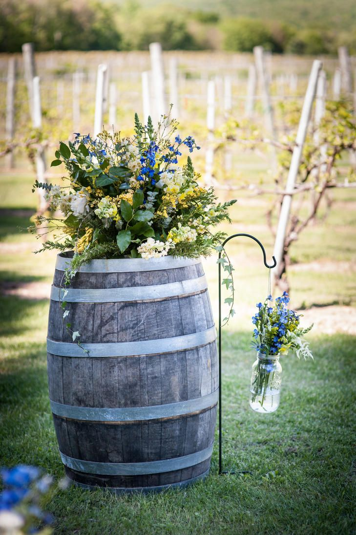Rustic Wine Barrel Ceremony Decor | KEANE EYE PHOTOGRAPHY | FLOWERS BY DANIELLE | http://knot.ly/6499BaQkf
