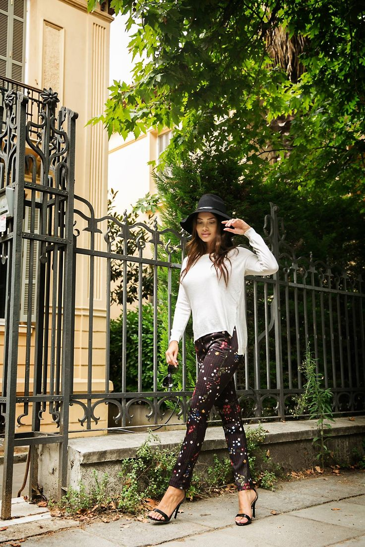 Stretch floral trousers leggings like with side pockets. Back pocket detail. 95% Polyester. 5% Elastane. https://www.modaboom.com/floral-panteloni-mauro.html