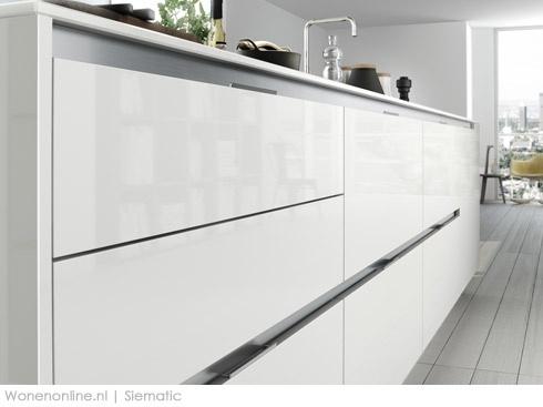 Meer dan 1000 idee n over grijze badkamertegels op pinterest grijze badkamers donkergrijze - Trendkleur keuken ...