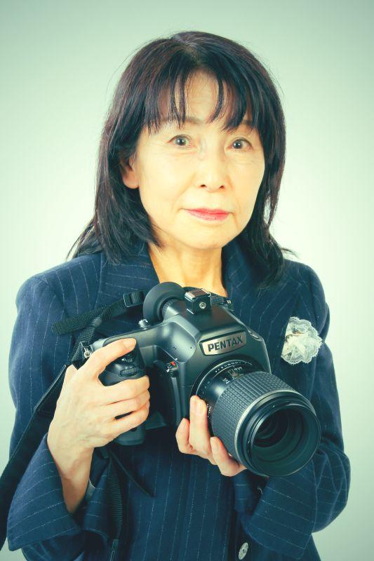 ゲスト◇金城真喜子(Makiko KINJO)1951年生まれ。青山学院大学文学部日本文学科卒業。日本写真家協会・日本写真協会・日本作家クラブ会員。フォトマスターEX 専門ジャンルはコンストラクテッドフォト 写真のテーマは「花」「記憶の変容」おもな仕事はブックカバー・CDカバー・広告写真・写真講師など。1985年の「Shell」から2014年「Flower Variation」まで個展多数。2010年詩人デビュー。写真集に「オフィーリアの遺言」「永遠のクリスマス」「色彩の悲劇」「Slice of Memories」