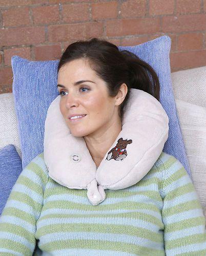 Snuggly- cuscino massaggiante per il collo  Il massaggiatore da collo Snuggly Bear, offre un massaggio avvolgente che rilassa i muscoli... http://www.giocotherapy.it/risveglio-sensoriale/52-snuggly-cuscino-massaggiante-per-il-collo.html