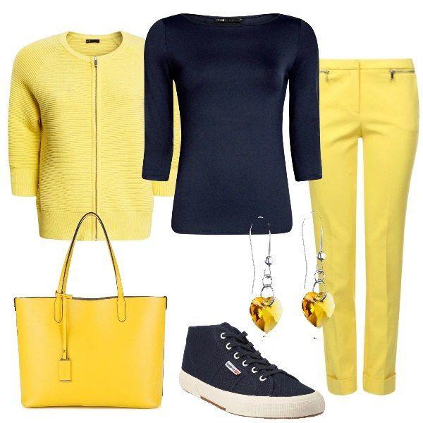 Un cardigan con la zip e un paio di pantaoni di linea dritta , entrambi gialli, vengono abbinati ad una maglia basic blu con manica a tre quarti. Le scarpe sono delle sneakers e la borsa è gialla, come i pendenti degli orecchini a forma di cuore.