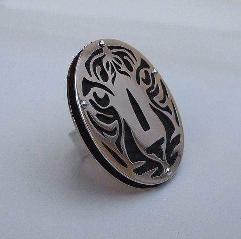 Anillo ajustable calado Tigre. Confeccionado a mano en plata 950, cuero y base de bronce. 4 cms diametro.  *mas detalles en: https://www.facebook.com/Artificius