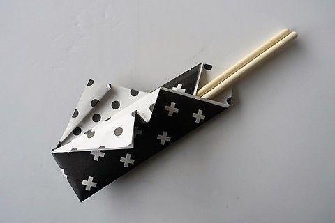 セリアで販売中のモノトーン折り紙(モノトーンデザインペーパー)を使用して箸袋を作りました。クリスマスやお正月、誕生パーティーなどで大活躍間違いなしの箸袋DIYです。ぜひ作ってみてく…