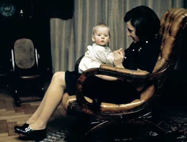 Prinses Margriet in een schommelstoel, tijdens de eerste verjaardag van haar jongste zoon Pieter Christiaan op paleis Het Loo. ANP PHOTO ROYAL IMAGES