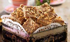 Amerikanska långpannekakor med ljuvlig glasyr av choklad, jordnötssmör och hackade jordnötter.