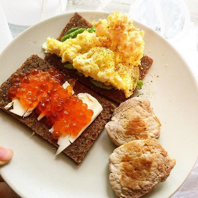 Собрала вот быстрый завтрак из того, что было в холодильнике: цельнозерновой хлеб, авокадо, жареное яйцо, сливочное масло, икра и телятина