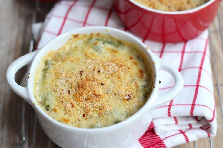 Vandaag hebben we een recept voor bloemkool en broccoli met een romig sausje uit de oven. Het is ook lekker om bijvoorbeeld wat voorgekookte aardappelschijfjes toe te voegen aan dit gerecht. Eventueel nog een stukje vlees erbij en smullen maar. Recept voor 2 personen Tijd: 20 min. + 15 min. in de oven Benodigdheden: 200 …