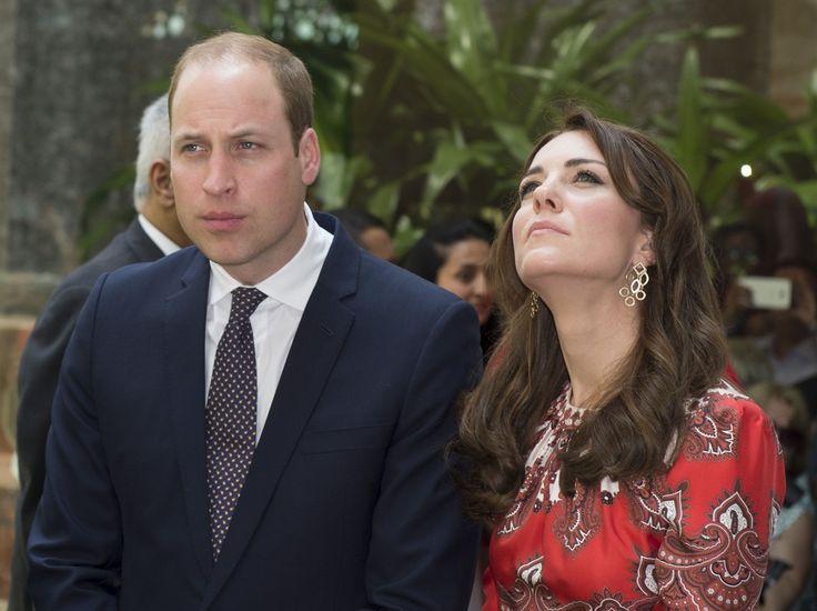 Il duca e la duchessa di Cambridge in vacanza in Oriente. Ma il tentativo di lei di omaggiare la moda locale non ha convinto tutti