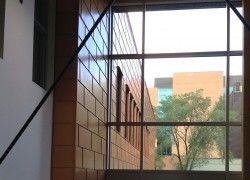 Projet commercial à Chicoutimi. Tuile 3R rectangulaire 4 plis, 15'' x 36'', acier calibre 24, fini PVDF, couleur Coppertone Premium (23). Pose horizontale en quinconce.