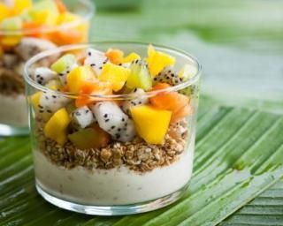 Verrines aux fruits exotiques, yaourt et granola Croq'Kilos : http://www.fourchette-et-bikini.fr/recettes/recettes-minceur/verrines-aux-fruits-exotiques-yaourt-et-granola-croqkilos.html