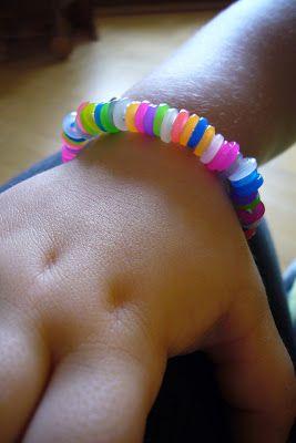 Meine beiden Mädchen lieben es im Moment, Ketten, Schlüsselanhänger und Ähnliches herzustellen. Und zwar mit Pailletten, Perlen, Chrällel...