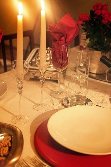 Jantar romântico combina com luz de velas. Mas é preciso ter onde colocá-las à mesa e esses castiçais de vidro, que lembram taças, são dos mais charmosos. Na hora de escolher, opte por esse modelo (créditos: Divulgação/Mariana Moura)
