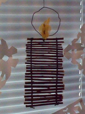Joulunaikaan 2c-luokka punoi Heli-open kanssa pajunoksan pätkistä ikkunakynttilän. Sädekehä tehtiin rautalangasta ja säkkikankaasta liekki....