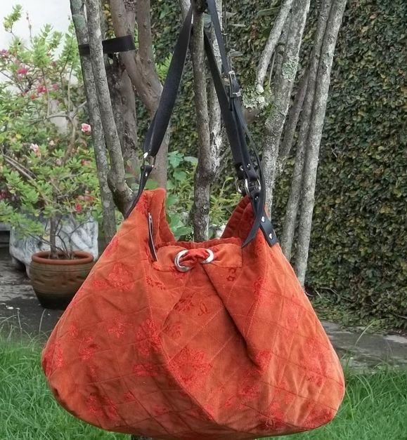 Bolsa em veludo cotelê manchado na cor tijolo, com estampas de flores,alças em couro sintético.Dentro há 2 bolsos: um fechado por zíper, ou fechado por imã.