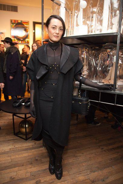 Elle Japan Online: NY発ジュエリーブランド「ブリス ロウ」デザイナーのブリスは、アーティに仕上げたブラックスタイルを、自身のブランドのボディジュエリーでエッジに転換。フェティッシュなデザインが、シースルー素材のボディスーツとマッチ。  Q:クリスマスのウィッシュリストを教えて! A:グラフィティアーティストのアートピース