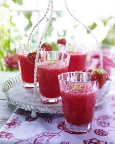 Erdbeer-Cocktail Rezept Zutaten für 4–6 Personen: 1 Limette 450 g Erdbeeren 500 g Eiswürfel 80 ml Zuckersirup 60 ml Erdbeersirup 160 ml Rum