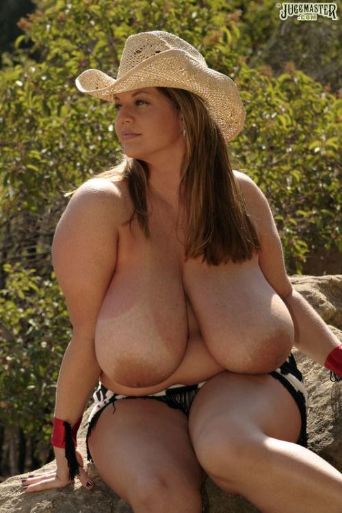 Women showing big swinging titties in public outdoor